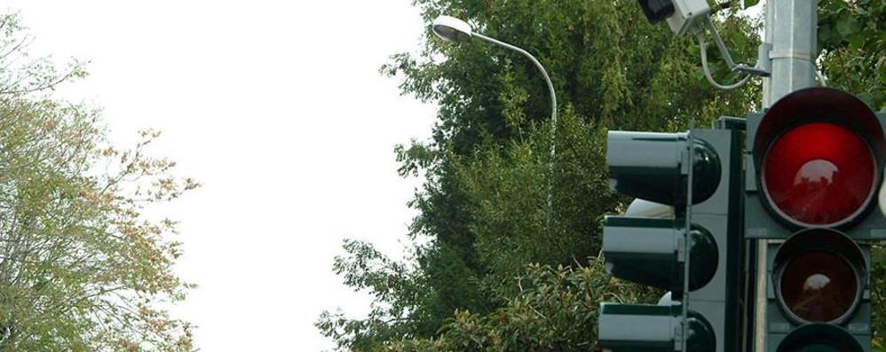 Semaforo pazzerello a Dalmine Grandinata di sanzioni per il rosso