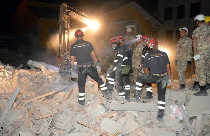 Vigili del fuoco e militari dell'esercito impegnati nei soccorsi e nella ricerca dei dispersi nelle zone colpite dal terremoto