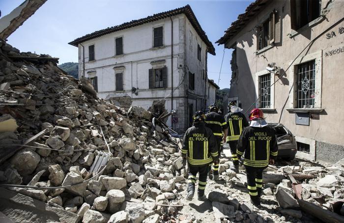 Vigili del Fuoco a lavoro tra le macerie ad Arquata, il giorno dopo il terremoto, Rieti 25 agosto 2016