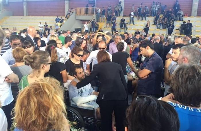 La presidente della Camera Laura Boldrini saluta il padre di Marisol, la bimba ascolana di soli 18 mesi morta nel crollo della sua casa a Pescara del Tronto