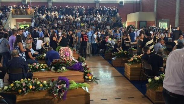 Sisma: Commozione a funerali vittime