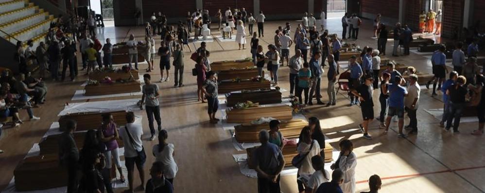 Terremoto, funerali solenni per le vittime Il vescovo: «Non perdete il coraggio»