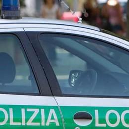 Il Comune non fa nulla, lui sistema selciato E si becca la multa della polizia locale
