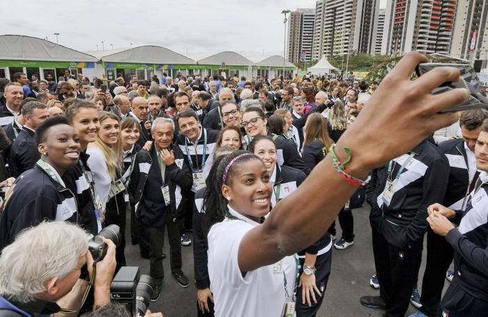 Matteo Renzi  posa per un selfie con le atlete della pallavolo
