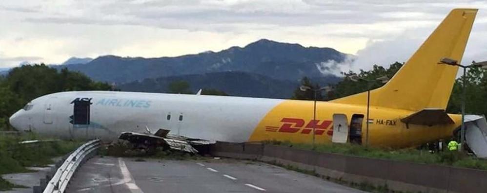 La testimonianza: auto distrutte - foto «Aereo fermo sulla corsia verso la città»