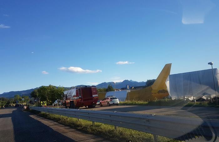L'aereo Dhl «parcheggiato» ai lati della Nuova Cremasca