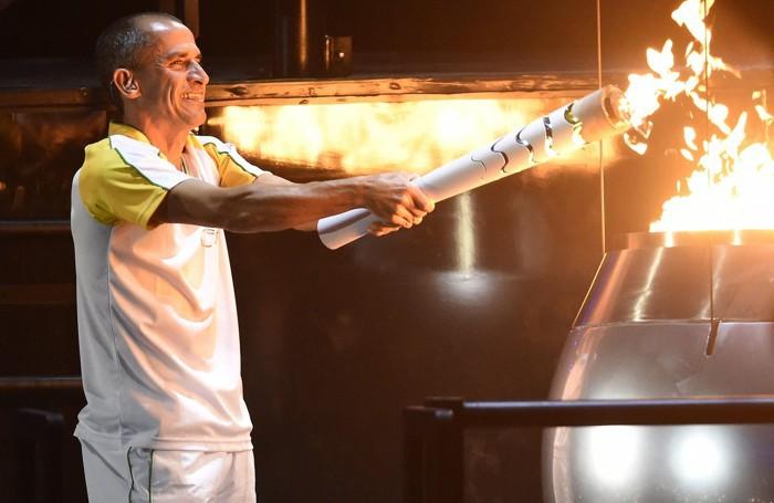 L'accensione della fiamma olimpica, protagonista Vanderlei de Lima