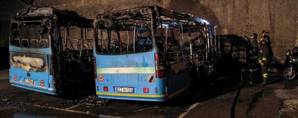 Via Furietti, rogo al deposito Locatelli Due bus distrutti dalle fiamme - Video