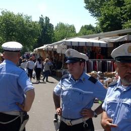 Sequestrati 135 profumi contraffatti Malpensata, due nei guai al mercato