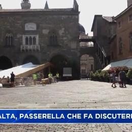 Città Alta, la passerella in piazza Vecchia divide la gente