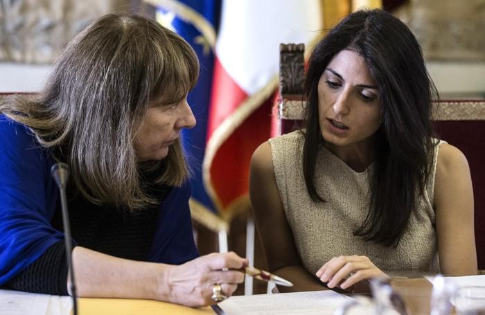 La sindaca Virginia Raggi, a destra, con  Carla Raineri, ormai ex capo di gabinetto