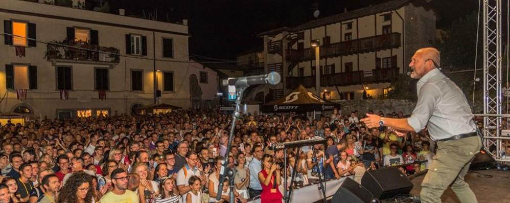 Scanzo, migliaia di persone la prima sera Festa moscato: stasera Foppa e Poletti