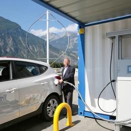 In Svizzera c'è il distributore del futuro Rifornisce auto elettriche e a idrogeno