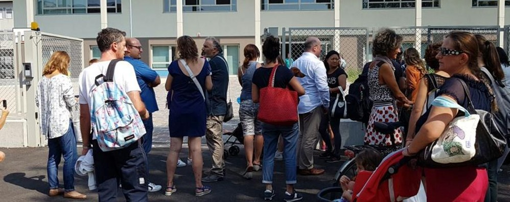 «Obbligatorio accompagnare gli studenti» Malcontento dei genitori fuori dalle Medie