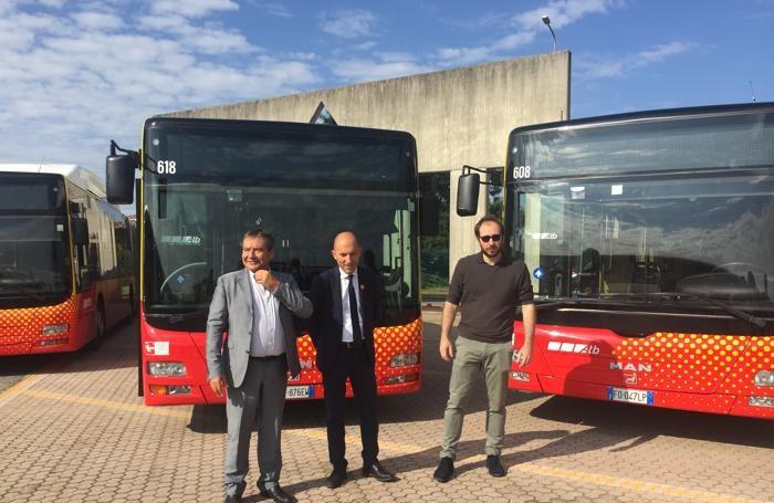 Da sinistra Gianni Scarfone (ad Atb), Alessandro Redondi (presidente Atb) e Stefano Zenoni, assessore comunale alla Mobilità