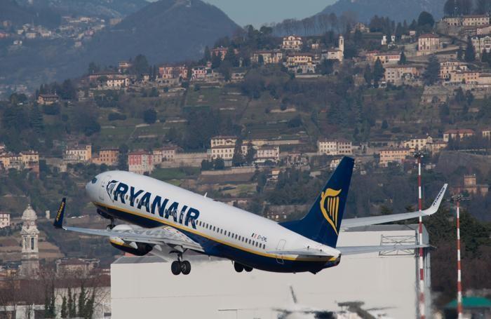 Un aereo della Ryanair decolla da Orio al Serio