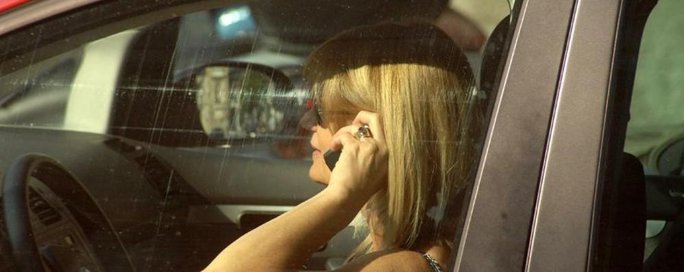 Smartphone alla guida, via al sequestro Il primo caso a Torino dopo un incidente