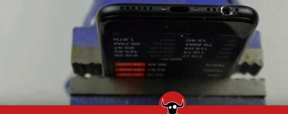 «Trapana l'iPhone 7 per il jack» - Video Qualcuno  abbocca e distrugge il cellulare