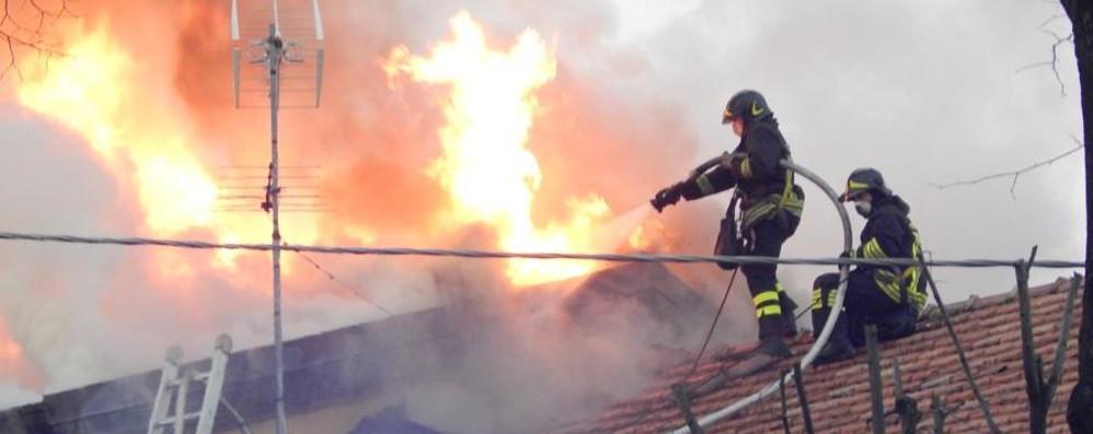 Brucia la casa, famiglia intossicata Curati in camera iperbarica a Zingonia