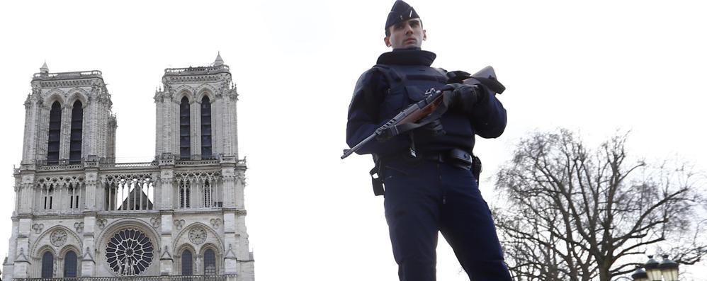 Allarme antiterrorismo a Parigi: 6 arresti Bombole di gas in auto vicino Notre Dame