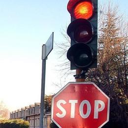 Passa col rosso e taglia la strada al comandante della polizia locale