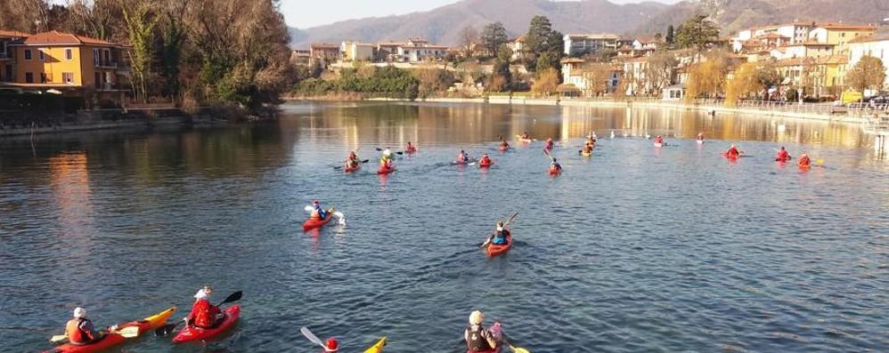 C'è chi festeggia il 2017 sul lago In kayak a Sarnico per un buon inizio