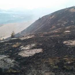 Incendio a Cusio, Capodanno al lavoro «Disastro evitato grazie ai volontari»