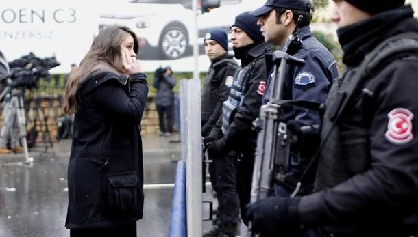 Istanbul: caccia al terrorista fuggito