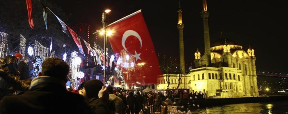 Istanbul, terrorista spara all'impazzata Terrore in discoteca: almeno 39 morti