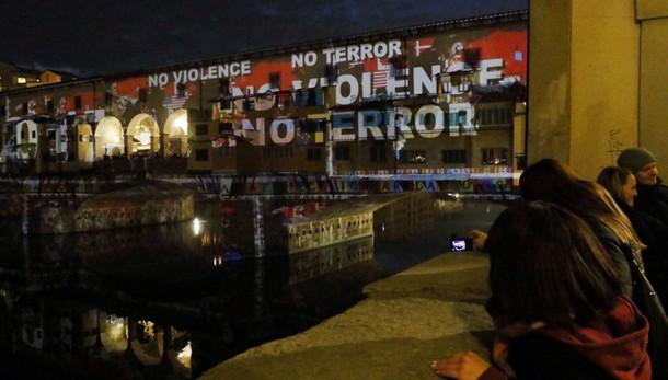 Ponte Vecchio illuminato,'No terrorismo'