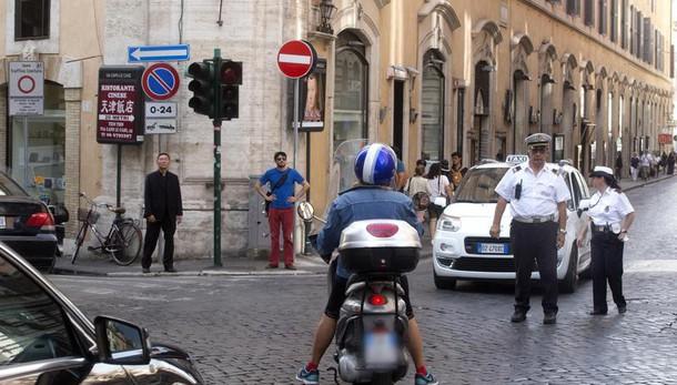 Tenta violentare turista in hotel a Roma