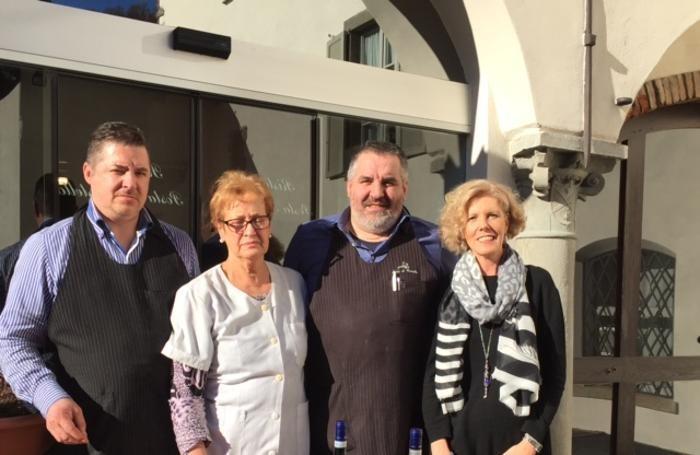 I fratelli Tonoli con mamma Alba e Marinella Argentieri.