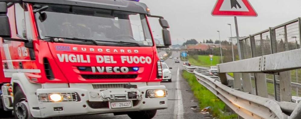 Auto in fiamme sull'asse interurbano Lunghe code tra Bergamo e Seriate
