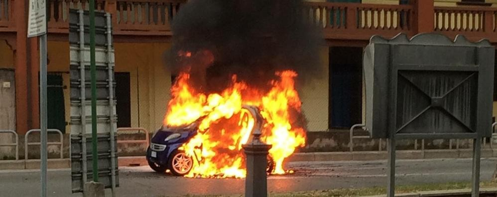 L'auto ferma al semaforo va a fuoco Cologno, brutto spavento per un 30enne
