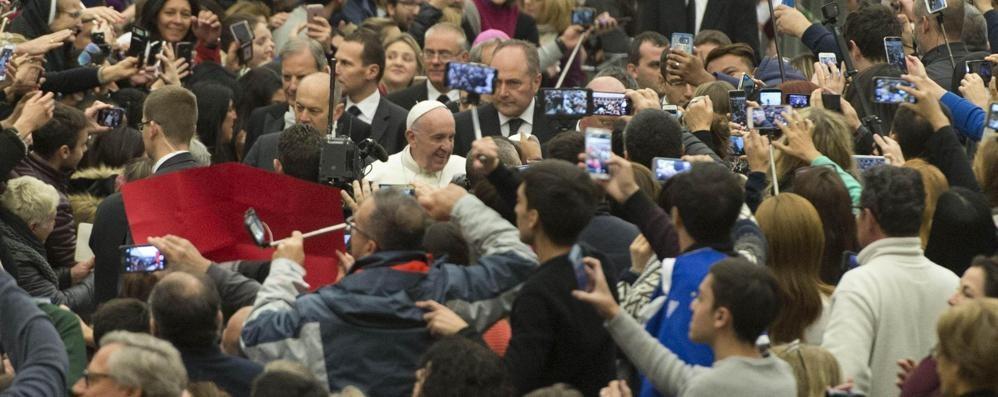 Il Papa: l'udienza è gratuita  «Delinquente chi vi chiede soldi»