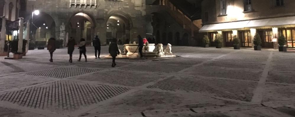 C'è la neve in Piazza Vecchia Primi fiocchi in Città  Alta -Foto e Video