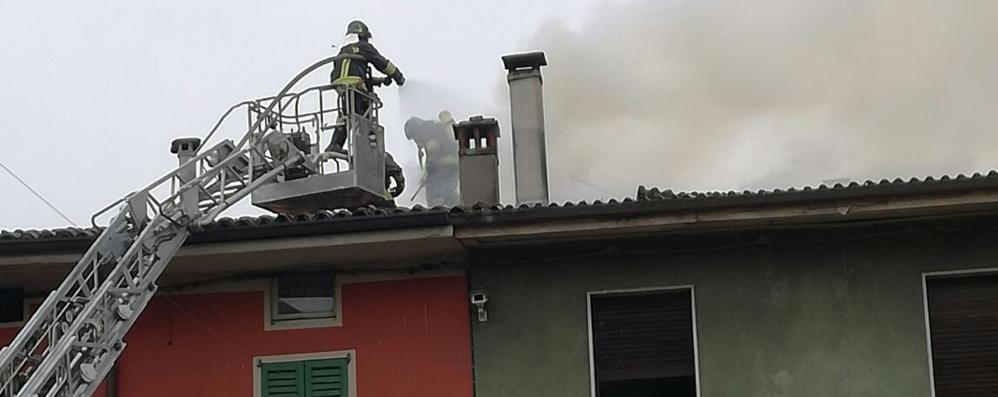Incendio nel centro di Seriate Vigili del fuoco in azione - Video