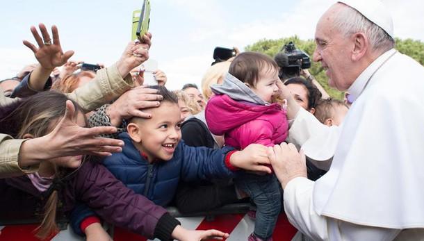 Papa in parrocchia,visita a prete malato