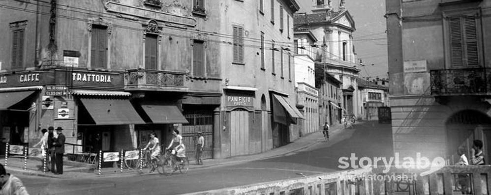 Cartolina dagli anni Cinquanta In bici tra il borgo e il ponte sparito