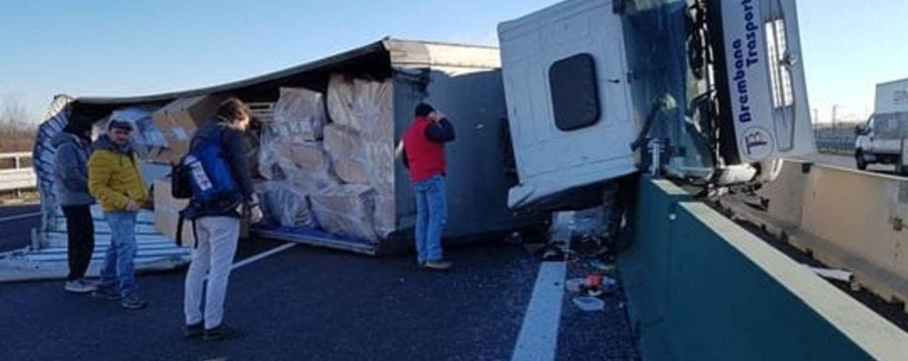 Tir di un'azienda bergamasca si ribalta Autostrada chiusa e traffico in tilt -Video