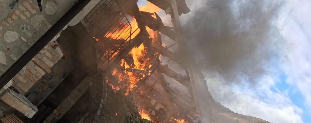 Incendio a Gandino, casa distrutta Ci abitano una mamma e due figli - Video