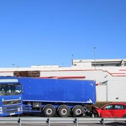 Auto contro camion a Mapello Pomeriggio di caos sull'asse