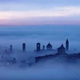 Città Alta emerge dalle nuvole Il video realizzato con 2150 foto