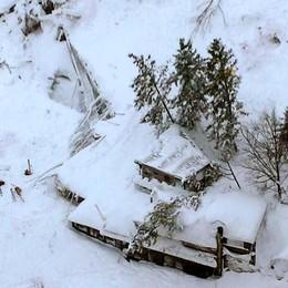 Hotel «spazzato via» da una valanga Fino ad ora estratte 3 vittime, 27 dispersi
