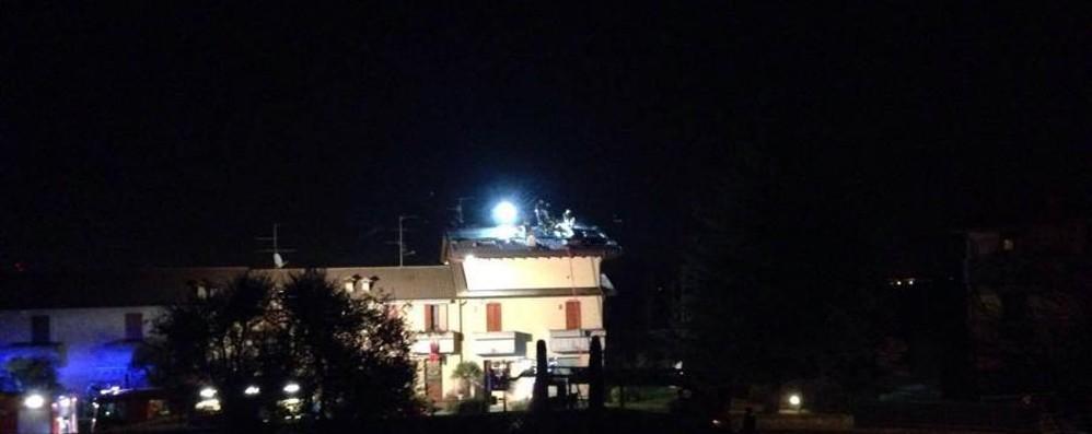 A fuoco tetto di una casa a Stezzano Incendio spento grazie ai vigili del fuoco