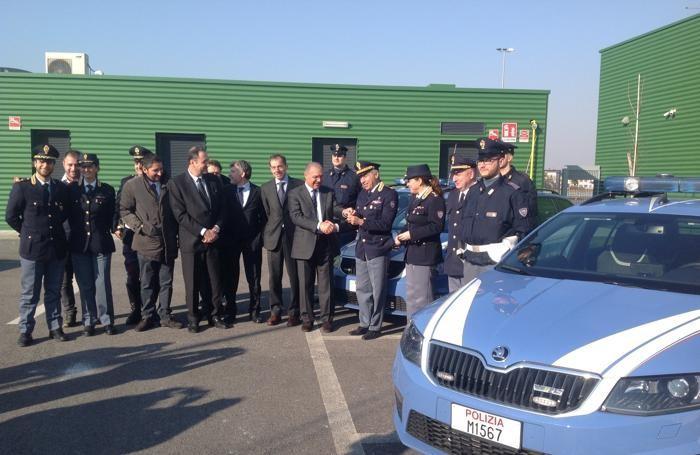 La consegna delle auto alla Polizia stradale