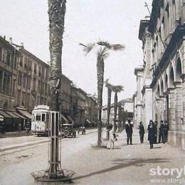 A passeggio in via Tasso tra le palme e  il vecchio tram
