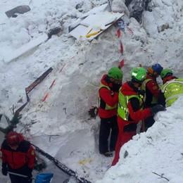 Hotel Rigopiano, 11 sopravvissuti «Potrebbero esserci altre persone vive»