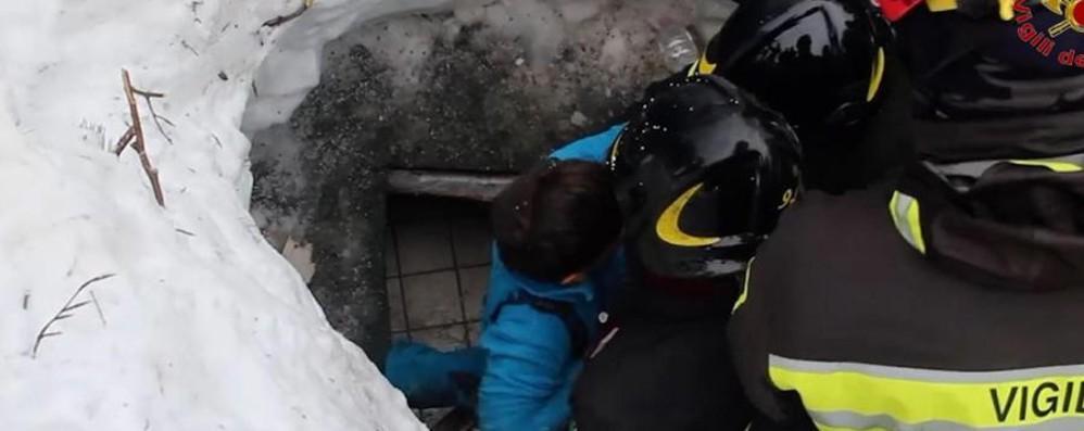 Hotel Rigopiano, dieci sopravvissuti Il video del salvataggio di madre e bimbo