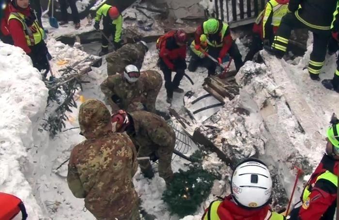 Un momento delle operazioni di soccorso presso l'Hotel Rigopiano